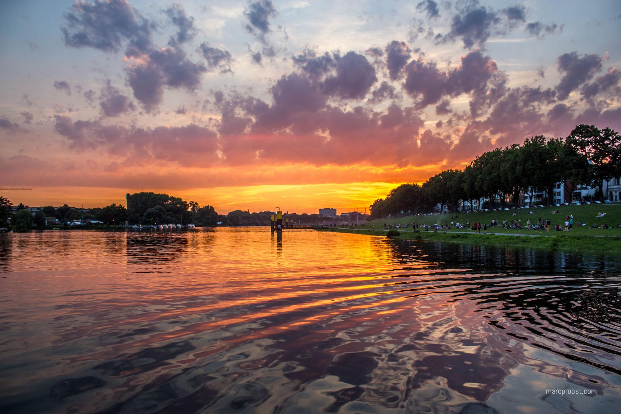 Sonnenuntergang über der Weser am Osterdeich in Bremen