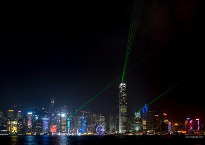 Lichtshow über der Skyline von Hong Kong bei Nacht