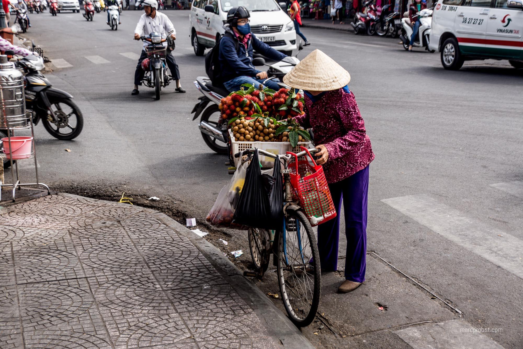 Frau mit Einkäufen in Ho-Chi-Minh-City im Vietnam